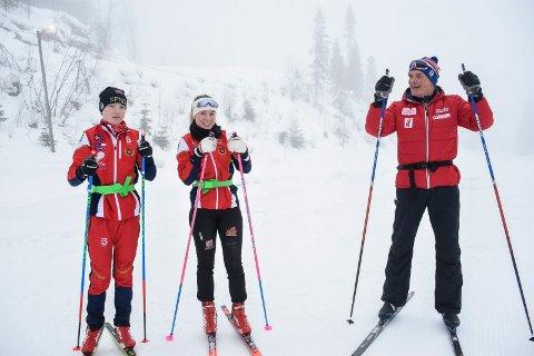 EKSPERT-TIPS: Herman Sjøvaag og Hanna Jensen fikk gode teknikkråd av Steinar Mundal.