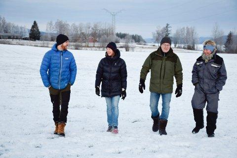 SMIL: Grunneierne Einar Buttingsrud, Anette Hafnor, Lars Buttingsrud og Kathinka Mohn kunne smile etter behandlingen i kommunestyret.