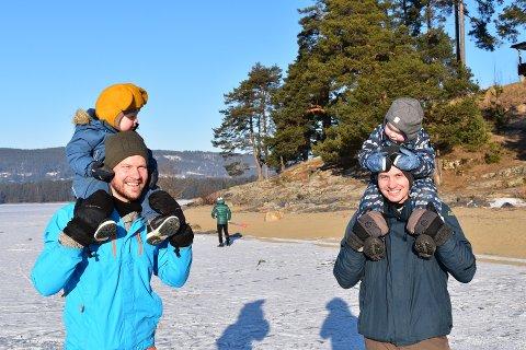 UT PÅ TUR ALDRI SUR: Trym Larsen og Even Bekkevold (2) lo godt da de fikk lov til å sitte på skuldrene til fedrene Kristian og Kenneth.