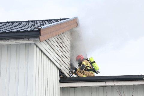 MYE RØYK: Huset i Heradsbygda ble totalskadd som følge av brann-, røyk- og vannskader.