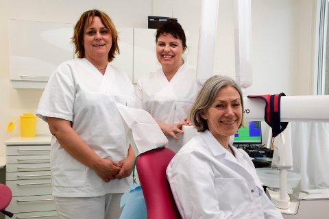 NYE LOKALER: Tannlegesekretær Annelena Løvraak, tannhelsesekretær Ragnhild Melbostad og klinikkleder Tone Helle ved Ringerike tannklinikk.