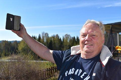 KRITISK TIL TELENOR: - Hvis man holder opp telefonen og går rundt kan man være heldig å få dekning i noen sekunder, sier Roy Andresen på Bjoneroa.