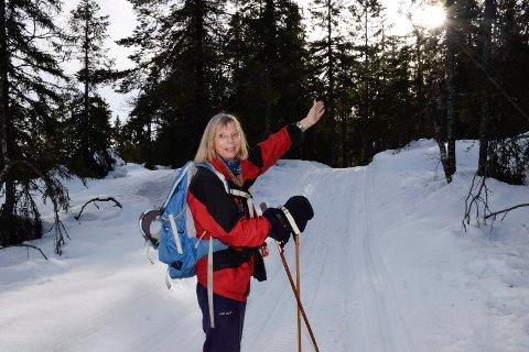 VISER VEI: Turid McAdam viser vei i eventyrskogen.