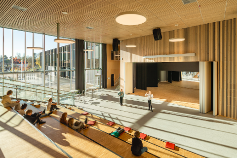 ÅPNET I FJOR: – Ullerål skole har åpne og transparente miljøer, som virker meget inspirerende og varme, konkluderer fagjuryen til årets skolebygg.