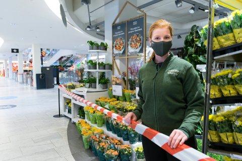 STENGT: Silje Haugen, butikksjef i Mester Grønn på Kuben, stengte butikken med sperrebånd tirsdag morgen.