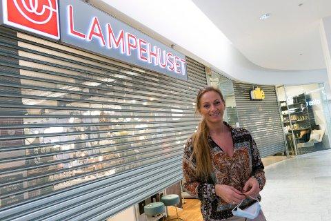 TRENGER TILTAK: Trist, men riktig, synes butikksjef Linda Antonsen på Lampehuset om nedstengningen.