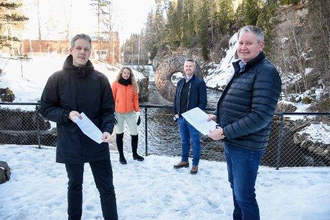 KONTRAKTEN ER SIGNERT: Martin Hegglund og Geir Ole Hay med ferdigsignert kontrakt om 60 nye ladestasjoner. Kistefos-direktør Birgitte Espeland og prosjektleder Johann Hilmarsson er glade for avtalen som nå er klar.