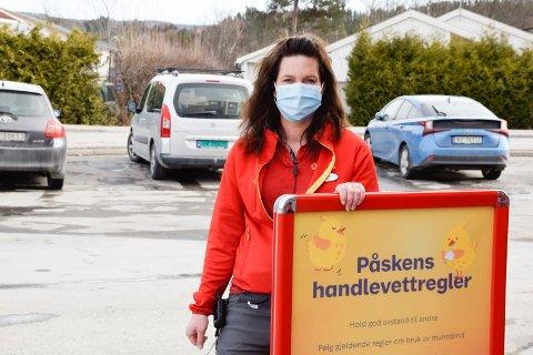 TRYGGE: Butikksjef Monica Leinan Knestang er opptatt av at kundene må kunne føle seg trygge når de handler.