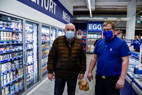 SAVNET: - Jeg har savna dere, sier Paul-Erik Vollmerhaus til Even Aagesen. Han har vært fast kunde i Osloveien. Nå er han tilbake. - Det er mange av stamkundene våre som har funnet veien til oss igjen, sier Even.