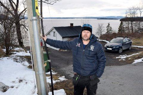 MISTER TILBUD: Ole Morten Jensen er svært lite fornøyd med at telegiganten trakk tilbake et tilbud om fiber. Om ikke lenge skal kobberlinjen til huset hans også tas ned.