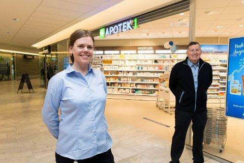 ÅPNET TORSDAG: Aase Camilla Lehre og Geir Trume ønsker kunder velkomne til Apotek 1-kjedens andre apotek på Kuben.