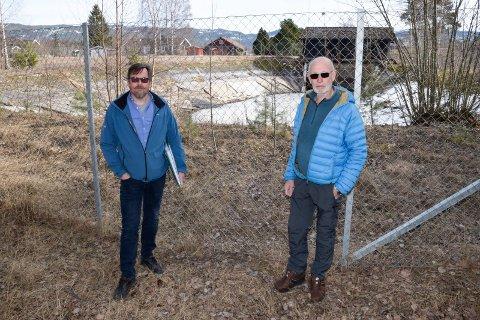FOR NÆRE: - Kummen skal bygges for nære husene våre, mener Tom Erling Andersen og Ove Johnsrud. Den skal bygges der dagens vanningsbasseng er bak dem. De nærmeste husene er også i bakgrunnen.