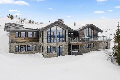 SIGDALS DYRESTE: Megler Ingvild Eikeland sier at det nok ikke er solgt hytter til denne prisen i Sigdal tidligere. Hytta ved Istjern på Tempelseter har en prisantydning på 22 millioner kroner.