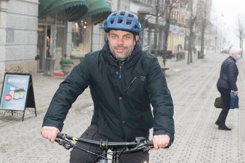 SYKKELFELT: Bjørnar Granum viser til at det for mange er naturlig å sykle gjennom Storgata i Hønefoss. Han mener det må legges bedre til rette for det.