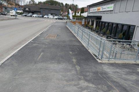 FORTAU: Her har det kommet fortau og det er ikke lenger lov å parkere. Det så ikke Atle Haglund da han kom for å parkere en dag da det var snø.