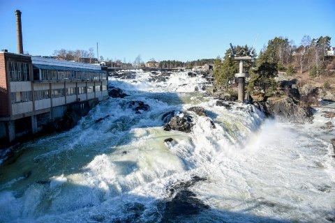 VANN I FOSSEN: Det skulle ikke vært slik, men en feil på kraftanlegget førte til at fossen gikk stri og isgrønn torsdag formiddag.