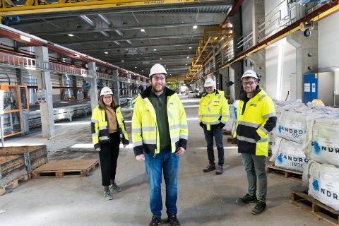 NY PRODUKSJON: Prosjektleder Magnus Ek Knutsen (foran) i Spenncon Rail sammen med Hedda Winther (bak fra venstre), Lars Petter Lund og Vegard Bjørntvedt.