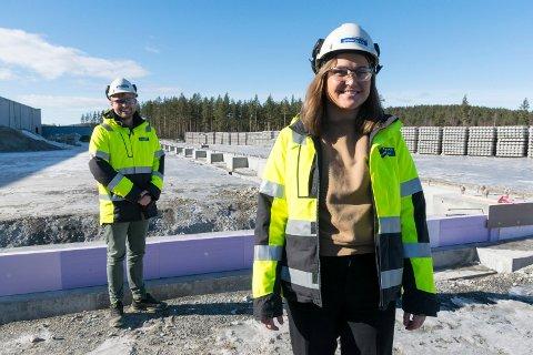 BYGGER UT: Prosjektleder Hedda Winther og fabrikksjef Vegard Bjørntvedt foran det som blir den nye produksjonshallen til Spenncon Rail.