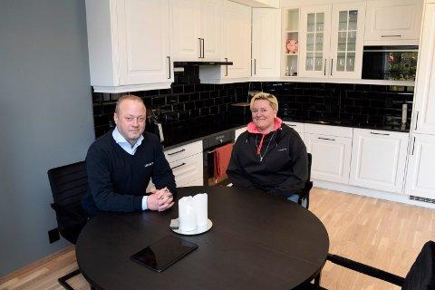 KJØKKENET: Her er Stine Sveberg og Per Marius Holm ved kjøkkenbordet.