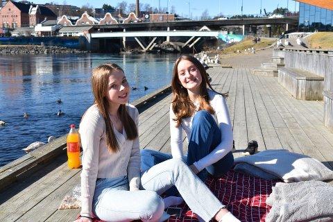 PIKNIK: Fra venstre: De to venninnene Otilie og Maya tilbrakte den varme påskedagen ved vannet. – Det er en god måte å slappe av på, sier de.