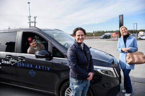 BILGAVE: Fredrik Ranem overrakte den elektriske Mercedes-åtteseteren til Sølvi Ann Waldeland Aas (til høyre) og Hilde Helgeland (i bilen).