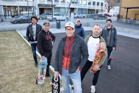 FRAM MED BRETTENE: Tom Trelease (fremst), Frode Andresen (f.v.), Tommy Støa, Robert Aasheim, Steffen Breen og Stian Svendsen kan tenke seg å ta fram rullebrettene igjen hvis Hønefoss får skatepark.