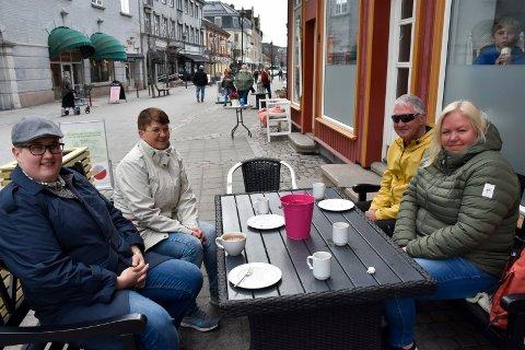 DAGSTUR: Connie Elvethun og Terje Madsen hadde tatt turen fra Strømmen til Hønefoss for å ta en kaffe sammen med Rune og Wenche Jansen.