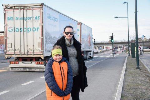 TRYGGERE: Kristin Bergersen følger Liam Myklebust til skolen daglig, og er glad for at de nå kan gå trygt over Hønengata ved trafikklysene.