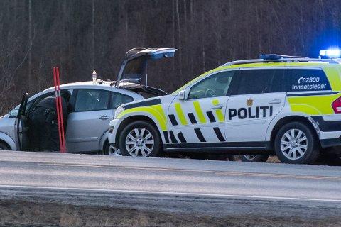 PÅGREPET: Her har politiet stoppet en bil med to personer som er mistenkt for å ha truet en mopedist tidligere på kvelden. Pågripelsen skjedde ved E16, like ved Styggedalen.