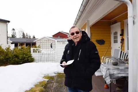 BYTTES: Bjørn Erik Strømsbråten håper at de sjenerende utelysene kan byttes ut.
