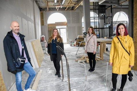 I DE NYE LOKALENE: Knut Fauskanger, Hanne Granli, Kristine Grymyr og Kine Karlsrud Steinbakken står her ved det som skal bli vaskeavdelingen i den nye salongen til Kais frisør.