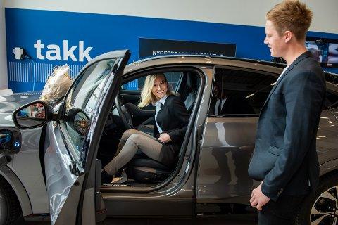 """FØRST: Lina-Maria fikk sette seg inn i bilen først selv om Kim vant """"førerkort-flippen"""" og får kjøre være den første av dem som kjører nybilen."""