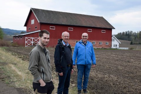 MØTEPLASS: Petter Strande, Lars Fredrik Stuve og Anders Strande har tro på at Vestern gård kan bli den nye møteplassen for det grønne skiftet i Ringeriksregionen.
