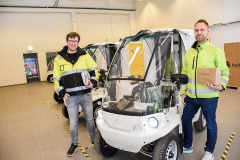 NYE KJØRETØY: Trond Svendsberget (til venstre) og Marius Hardhaug Olsen ved de nye kjøretøyene som blir å se i Hønefoss-gatene i tiden som kommer.