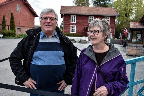 SAMARBEIDSPARTNER: Rolf Lie i Askeladden er sjåfør når over 3000 skolebarn skal fraktes til utstillinger på Hadeland Glassverk og Kistefos. Her sammen med samboer Svanhild Brenna.