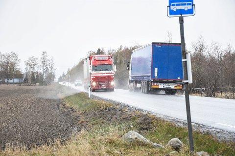 TILTRENGT: Det er ikke mye plass igjen til fotgjengere når to slike kjøretøyer møtes på Lisletta. Nå kan det snart bli gang- og sykkelvei.