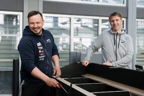 ÅPNER SNART: Dainis Sudniks og Odd Ivar Haglund gjør uterestauranten klar til åpning 20. mai.