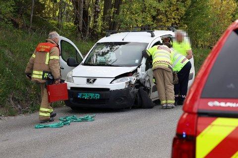 MØTEULYKKE: Det ble betydelige skader på bilene i ulykken på Jevnaker, men ingen alvorlige personskader, ifølge politiet.