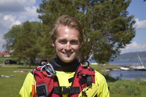GØY: Gudbrand Oppegaard (25) ønsker å lære bort hvordan man kan være trygg, men samtidig ha det gøy i vannet.