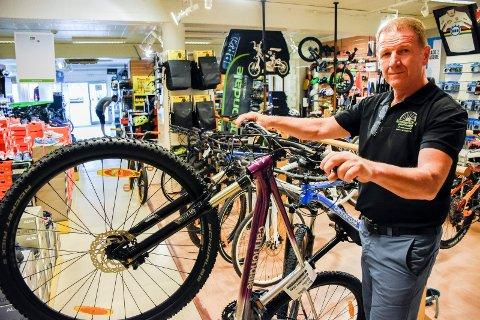 STOR ETTERSPØRSEL: Leonard Brahushi har endelig fått tak i en del terrengsykler. Men hittil i år har det vært svært krevende å få nok sykler levert til butikken i Hønengata.