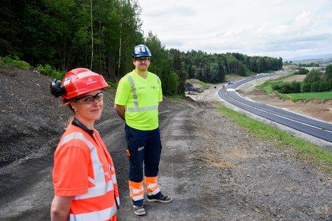VED NYVEIEN: Gine Løvstad Hegseth og Ole Petter Jensen ved den nyasfalterte delen av E16-traseen.