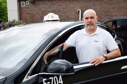KØ: Zoran Tesic står i samme kø som sjåførene i Ring Taxi på holdeplassen ved bussgata, men sjåførene fra konkurrenten har fått komme foran i vaksinekøen.