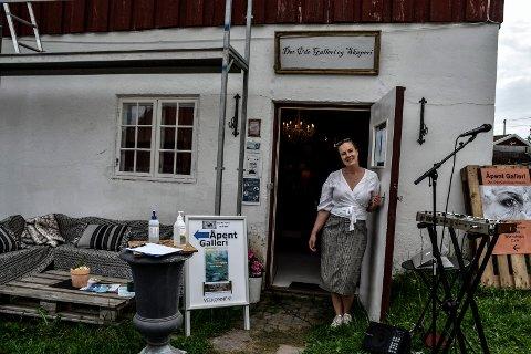 VELKOMMEN!: Rigmor Flaaen Licius gleder seg over at galleriet kan invitere til utstillinger.