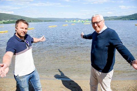 GAVE: Kjell Baug (til høyre) hadde med en gave til Ole Henrik Pedersen og Badeparken. Sparebankstiftelsen sponser gratis inngang i 2021, 22 og 23 for alle som bor i Ringerike og Hole.