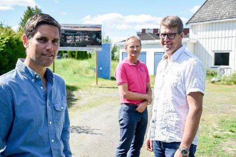 NÅ SKAL DET BYGGES: Paul Lehne, Jens Veiteberg (Ringbo) og Ole Alexander Heen gleder seg over at det blir byggestart i august på boligprosjektet i Bakkeveien i Hønefoss.