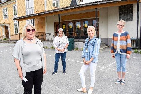 HER VAKSINERES DET: Kirsten Orebråten, Evi Mathilassi Lien, Belinda Gjærløw og Kirsten Andresen er glade for at alle i risikogruppene på Ringerike nå har fått tilbud om vaksinering.
