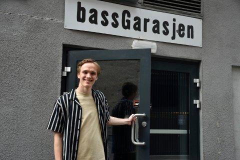 INVITERTE SELV: August Saxegaard fikk ikke invitert gjester til noen eksamenskonsert på musikklinja, så da inviterte han like godt til konsert selv.