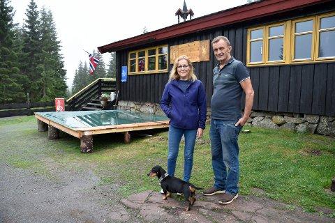 GIR SEG: Kate og Odd Thrana, her med dachsen Jørgen, er klare for å selge Sørsetra. Lørdag blir det utekonsert med Gutta på skauen og scenen er nesten ferdig rigga.