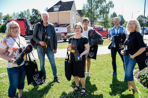 GAVER: Ordfører Kirsten Orebråten (til venstre), Belinda Gjærløw (til høyre) og Rune Faksvåg (nr 2 fra høyre) delte ut gaver til de frivillige som har stått på for å få vaksinert befolkningen. Erik Lunde, Hanne Skrataas og Ingrid Solberg tok imot på vegne av alle de frivillige.