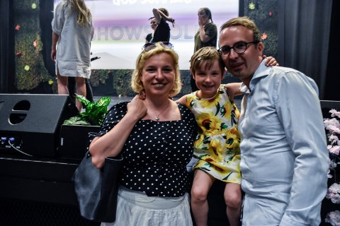 KJEMPEGØY!: - Dette er det kjempegøy å være med på, sa Henriette (6) som var stolt over å vise scenekunst til mamma Marta og pappa Andre Kuhn.